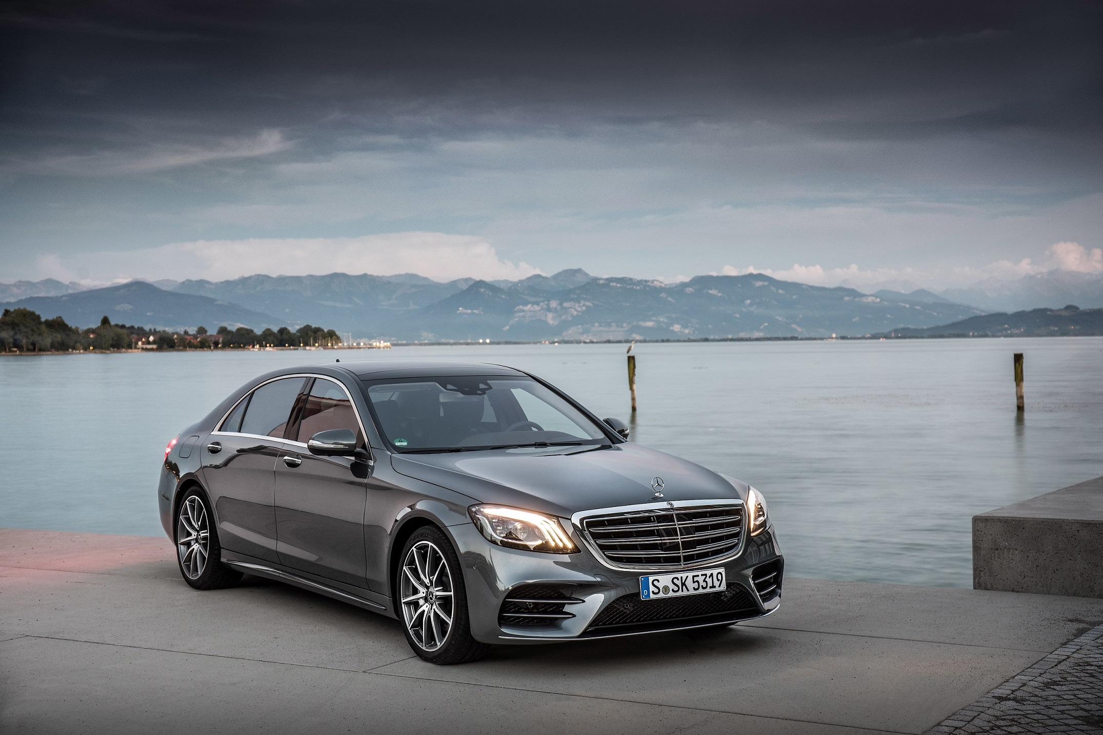 Mercedes-Benz S 500, selenitgrau metallic, Leder Exklusiv Nappa magmagrau/espressobraun;Kraftstoffverbrauch kombiniert: 6,6 l/100 km; CO2-Emissionen kombiniert: 150 g/km*  Mercedes-Benz S 500, selenite grey metallic, exclusive nappa leather magma grey/espresso brown;fuel consumption combined: 6.6 l/100 km; combined CO2 emissions: 150 g/km*